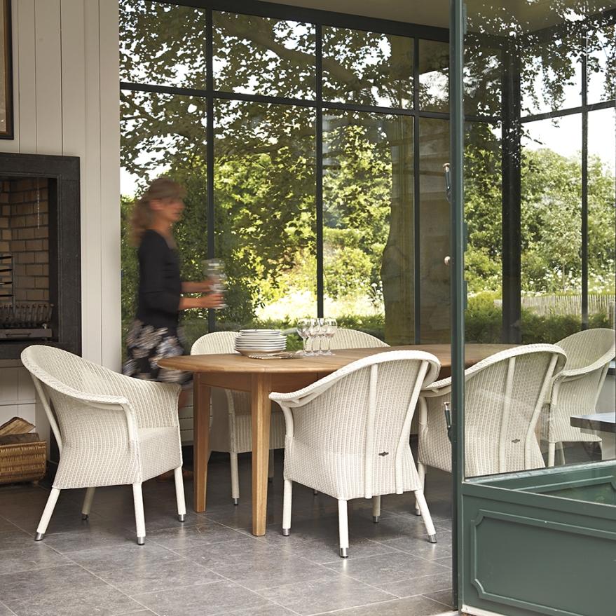 Stuhl Lloyd-Victor-mit Tisch-Blue Wall Design